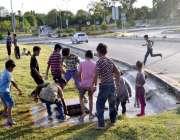 اسلام آباد: بچے گرین بیلٹ پر لگے پانی کے والو کو کھلولنے کی کوشش کر رہے ..