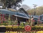 لاہور: پی ایچ اے کا اہلکار چائنہ چوک میں رکھے گئے جہاز کے ماڈل کو دھو ..