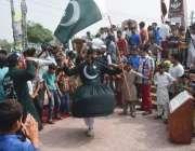 لاہور: یوم دفاع پاکستان کے موقع پر ایک نوجوان قومی پرچم کی طرز پر لباس ..