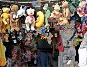 راولپنڈی: صدر لنڈا بازار میں دکاندار نے بچوں کے کھلونے سجا رکھے ہیں۔
