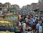 ملتان: فروٹ منڈی میں دکانداروں کی بڑی تعداد خریدو فروخت میں مصروف ہے۔