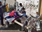 پشاور: شہری استعمال شدہ گرم کپڑے خرید رہے ہیں۔
