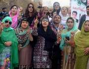 اسلام آباد: لیگی رہنما ندا خان، محوش خان، آمنہ اقبال، نیب عدالت کے باہر ..