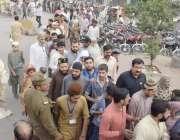 لاہور: حضرت داتا گنج بخش(رح) کے سالانہ عرس میں شرکت کے لیے آنے والے سکیورٹی ..