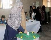 کراچی: عام انتخابات 2018  کے موقع پر خواتین پولنگ آفیسر اپنے فرائض انجام ..
