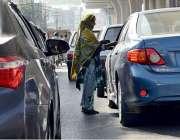 راولپنڈی: ایک خاتون ٹریفک سگنل پر بھیک مانگ رہی ہے۔