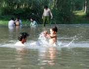 پشاور: بچے گرمی کی شدت سے بچنے کے لیے ندی میں نہا رہے ہیں۔