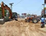 ملتان: مزدور ڈیرہ آباد روڈ پر تعمیراتی کام میں مصروف ہیں۔