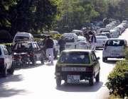 اسلام آباد: ایف سکس روڈ پر دفاتر کے باہر گاڑیاں پارک ہیں جس سے ٹریفک ..