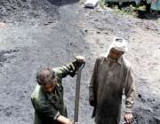 ایبٹ آباد: مزدور ٹرک پو کوئلہ لوڈ کر رہے ہیں۔