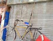 سرگودھا: دکاندار نے اپنی سائیکل دکان کے سامنے رسی کے ساتھ لٹکا رکھی ..