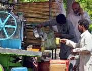 راولپنڈی: شہری گرمی کی شدت کم کرنے کے لیے گنے کا رس پی رہے ہیں۔