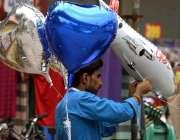 راولپنڈی: محنت کش پھیری لگا کر مختلف اقسام کے بیلون فروخت کر رہا ہے۔