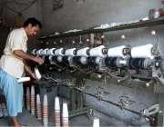 فیصل آباد: پاور لوم ورکر فیکٹری میں روز مرہ کام میں مصروف ہے۔