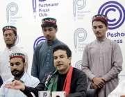پشاور: پی کے71کے امیدوار طارق علی پریس کانفرنس کر رہے ہیں۔