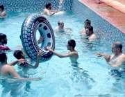 سیالکوٹ: شہریوں کی بڑی تعداد گرمی کی شدت سے بچنے کے لیے سوئمنگ پول میں ..