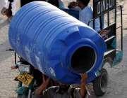 اسلام آباد: شہری سر پر پانی کی ٹینکی اٹھائے منزل کو رواں دواں ہے۔