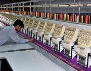 فیصل آباد: مزدور ڈیجیٹل ایمبرائیڈری مشین پر کام میں مصروف ہے۔