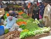 حیدر آباد: خواتین سبزیاں خریدنے میں مصروف ہیں۔