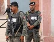 راولپنڈی: نہال ہاشمی کی اڈیالہ جیل سے رہائی کے موقع پر رینجرز اہلکار ..