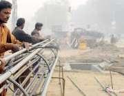 لاہور: جی پی او چوک میں مزدور اورنج لائن میٹرو ٹرین منصوبے پر کام میں ..