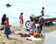 حیدر آباد: خانہ بدوش خواتین نہر کنارے کپڑے دھورہی ہیں۔