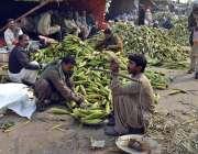 لاہور: دکاندار چھلیاں فروخت کررہا ہے۔