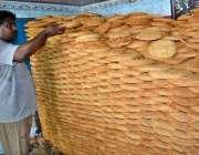 فیصل آباد: دکاندار گاہکوں کو متوجہ کرنے کے لیے پھینیاں سجا رہا ہے۔