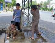 حیدر آباد: سخت گرمی اور دھوپ کی شدت سے بچنے کے لیے بچنے ہینڈ پمپ کے پانی ..