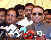 لاہور: رہنما پاکستان تحریک انصاف علیم خان میڈیا سے گفتگو کر رہے ہیں۔