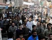 راولپنڈی: سر سید چوک کے قریب تجاوزات آپریشن کے دوران علاقہ مکین جمع ..