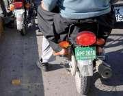 اسلام آباد: سخت پابندی کے باوجود موٹر سائیکل سوار غیر نمونہ نمبر پلیٹ ..