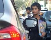 اسلام آباد: ایک کمسن بچے اپنے گھر والوں کی کفالت کرنے کے لیے ٹریفک سگنل ..