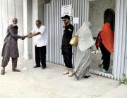 کراچی: عام انتخابات 2018  کراچی کے ایک پولنگ اسٹیشن میں خواتین ووٹرز ووٹ ..