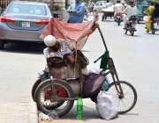 ملتان: معذور بھکاری اپنی سائیکل پر سو رہا ہے۔