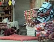 راولپنڈی: موسم سرما کی آمد کے سلسلہ میں محنت کش رضائی کی سلائی کر رہا ..