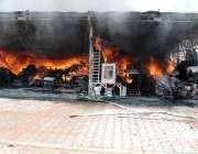 اسلام آباد: وفاقی دارالحکومت میں ہفتہ وار بازار میں لگی آگ کا منظر۔