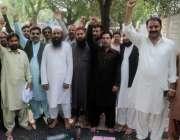 لاہور: پیغام یونین کے کارکن اپنے مطالبات کے حق میں واپڈا ہاؤس کے سامنے ..
