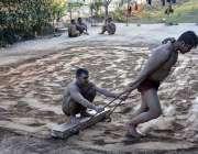 فیصل آباد: پہلوان کھاڑے میں مخصوص ورزش کرتے ہوئے۔