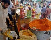 راولپنڈی: عید پر بڑھتی مانگ کے باعث ایک دکاندار مصالہ جات کی پسائی میں ..