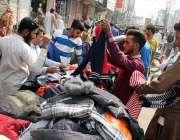 سرگودھا: سردی کی شدت میں اضافہ کے بعد شہری گرم کپڑے خرید رہے ہیں۔