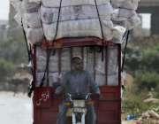 ملتان:ٹریفک پولیس کی نا اہلی، چنگچی موٹر سائیکل پر اوور لوڈنگ کی گئی ..