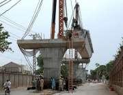 پشاور: مزدور ریلوے اسٹیشن کے سامنے جاری تعمیراتی کام میں مصروف ہیں۔