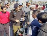 لاہور: سی ٹی او رائے اعجاز احمد ٹریفک آگاہی کیمپ میں کمسن موٹر سائیکل ..