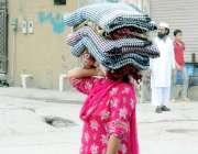اسلام آباد: وفاقی دارالحکومت میں محنت کش خاتون گلی گلی گھوم کر چادریں ..
