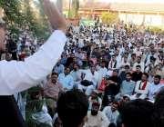 پشاور: پی ٹی آئی کے مرکزی ایڈیشنل سیکرٹری اطلاعات نور عالم خان ورکرز ..