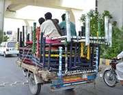 ملتان: چنگچی رکشے پر رکھی گائی چارپائیوں کے اوراوپر بیٹھ کر شہری سفر ..