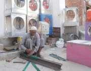 لاہور: کاریگر ایئرکولر کی باڈی تیار کر رہا ہے۔