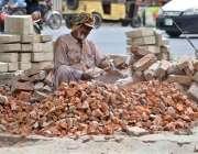 ملتان: مزدور گرمی اور دوھوپ کی شدت کے دوران روڑی کوٹ رہا ہے۔