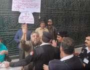 لاہور: سیکیورٹی اہلکار لیگی اسمبلی وحید گل کو عمران خان کے خلاف احتجاجی ..